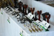 Las autoridades se incautaron 19 armas de fuego, entre fusiles y pistolas.