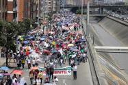 Profesores agremiados en Fecode marchando por Bogotá