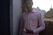 Hindú se amputa un dedo por equivocarse al votar