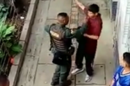 Policías que aparecen en video agrediendo a un joven serán investigados