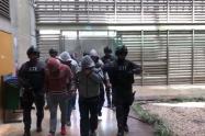 Policías asegurados en Medellín.