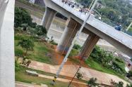 En terrible accidente, un motociclista falleció al caer al vacío en el puente de la Madre Laura en Medellín