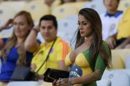La hincha que se presentó con pintura haciendo las veces de ropa, en el estadio Maracaná, en Río de Janeiro