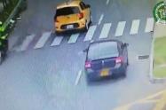 Revelan video de la fuga desesperada de ladrón de carros que mató a un motociclista en Medellín