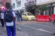 Vehículo taxi donde varios delincuentes llevaban armas en Bello
