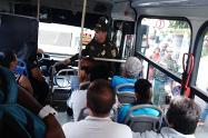 La policía se tomó los paraderos de buses en Medellín, como estrategia para combatir el hurto