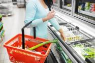 Mujer de compras en supermercado - Consumo