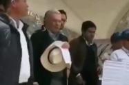 """""""Hacen silencio o los callamos"""": El choque de Uribe con habitantes de La Calera"""