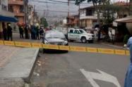 La víctima fue sorprendida por los pistoleros cuando camina por plena vía pública.