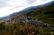 Derriban torre de energía en el barrio La Cruz de Manrique, Medellín
