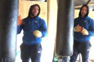 Campeón mundial de boxeo enseña a golpear mujeres en medio del aislamiento