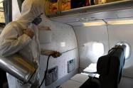 Limpieza de avión para evitar propagación de coronavirus