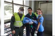 El bebé es hijo de una pareja de venezolanos que también recibieron ropa, pañales y leche de parte de los uniformados.