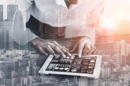 Mujer usa plataforma digital en su tablet