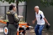 Alcalde de Medellín ayudará a hombre multado por vender aguacates en la calle