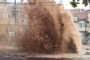Rotura de tubo dejó tremendo boquete e inundación en plena vía publica en el municipio de Bello