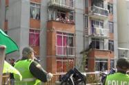 Durante la cuarentena, la policía distrae con show de títeres a niños de Medellín