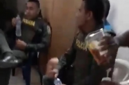 Dos policías fueron grabados en medio de una fiesta con en la región de Urabá