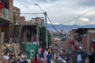 Con trapos rojos, habitantes en Medellín claman por alimentación