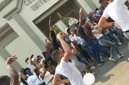 Un grupo de jóvenes bailaron frente al cementerio