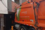 Carro recolector de basuras chocó con una casa en Medellín