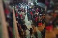 """En toque de queda, pastor de la Policía disolvió """"fiesta religiosa"""" en una calle de Bello"""