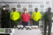 Una mujer escondía en su bolso cuatro pistolas y un kilo de marihuana en Salgar, Antioquia