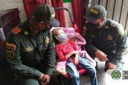 Policía de Medellín entregó ayudas a familia de niña con parálisis cerebral
