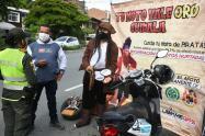 """Policías vestidos de pirata les dicen a conductores: """"No dejen mal parqueados sus motos"""""""