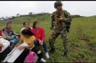 Los desplazados, entre ellos dos niños fueron evacuados por el Ejército y la Fuerza Aérea.