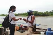 El cartero lleva la correspondencia a zona rural del Bajo Cauca.