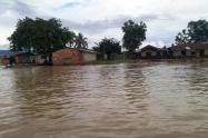 Varias viviendas, ubicadas a orillas del afluente, están en riesgo de ser arrastradas por el agua.