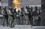 Hombre se atrinchera en banco de Kiev, Ucrania