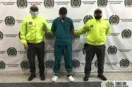 Esta persona fue capturada la semana pasada en el centro de Medellín, vestido de enfermero para burlar a las autoridades.