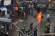 Le quemaron la moto a ladrones que iban a robar una empresa en Medellín