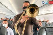 """Aclaró que los instrumentos """"no esparcen gotas de saliva""""."""