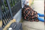 Mujer con engaños le quitó la casa a su madre de 88 años y la dejó en la calle