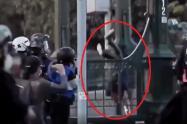 A prisión policía que lanzó desde un puente a joven