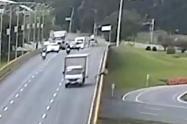 Camión atropelló a un ciclista y lo tiró desde puente vehicular