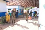 Algunas familias regresaron con el apoyo del Ejército a sus viviendas.