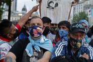 Seguidores de Maradona esperan en la Plaza de Mayo para el velorio del futbolista.