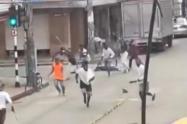 Imagen capturada de los videos de la riña que circulan en redes sociales.