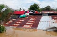 En los techos, las familias tratan de conservar algunas de sus pertenencias.