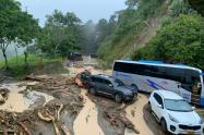 Las vías quedaron inundadas, con lodo y roca, tras las fuertes lluvias.