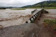 Los puentes vehiculares fueron arrastrados por la corriente del río Penderisco.
