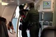 Un habitante de calle en un avión