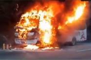 [video] Un bus se quemó en la vía Medellín – Bogotá, una falla mecánica fue el origen