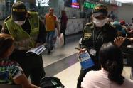 Policía de Medellín dicta clases a ciudadanos indisciplinados con el distanciamiento social