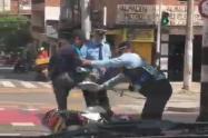 Con golpes y empujones, guardas de tránsito de Bello bajan a la fuerza a motociclista