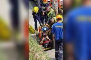 ¡Tremendo susto! Con todo y moto un hombre se fue a un hueco en la variante de Caldas, Antioquia